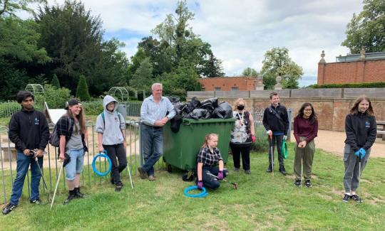 James Sunderland joins Bracknell Forest Youth Council litter pick